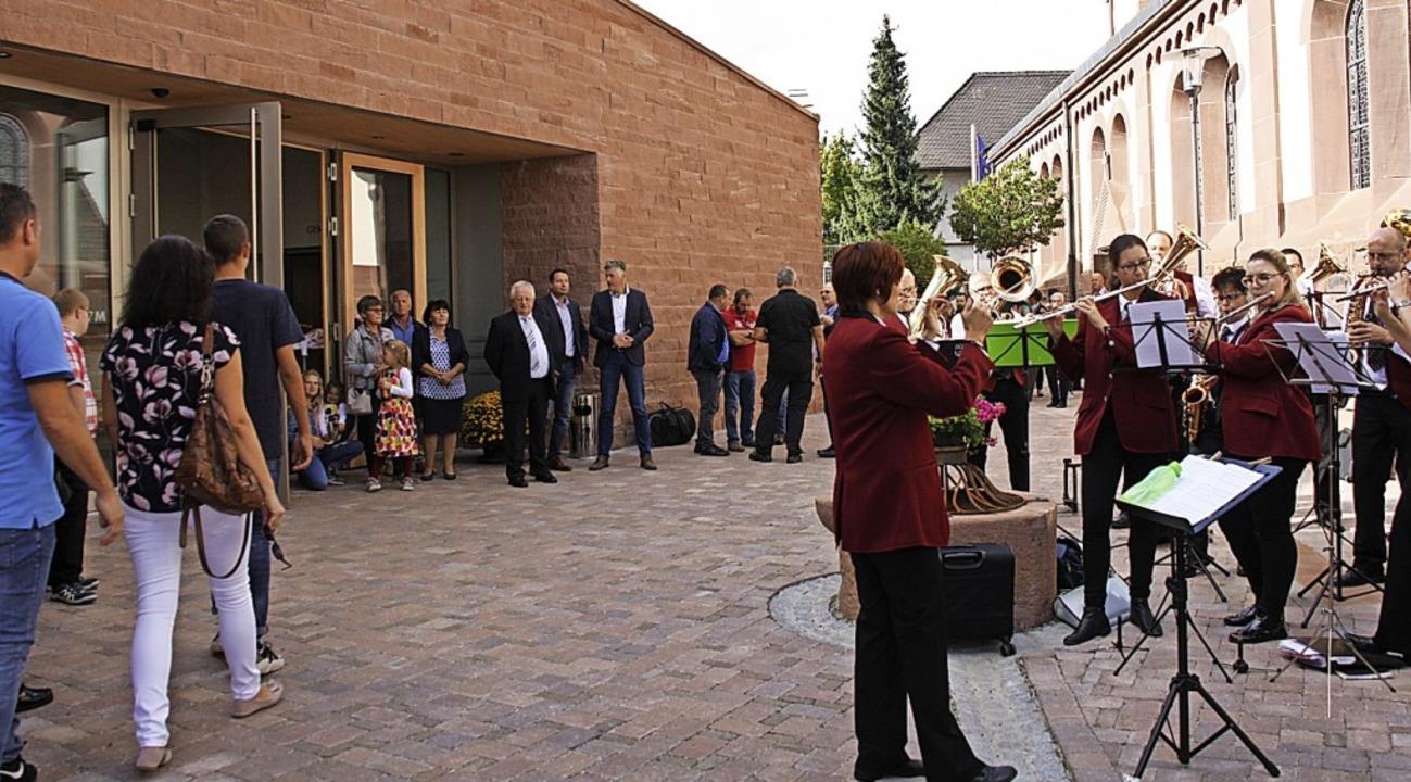Der Forchheimer Musikverein spielte am...ert vor dem neuen Gemeindezentrum auf.  | Foto: Christiane Franz