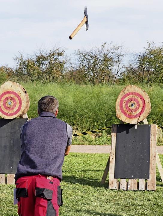 6,1 Meter muss die Axt zur Zielscheibe fliegen.   | Foto: Jutta Geiger