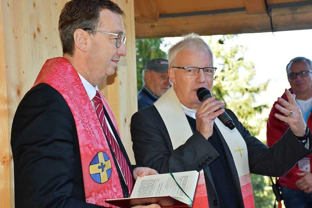 Pfarrer Johannes Herrmann (links) und Pfarrer Rainer von Oppen bei der Segnung.  | Foto: Thomas Biniossek