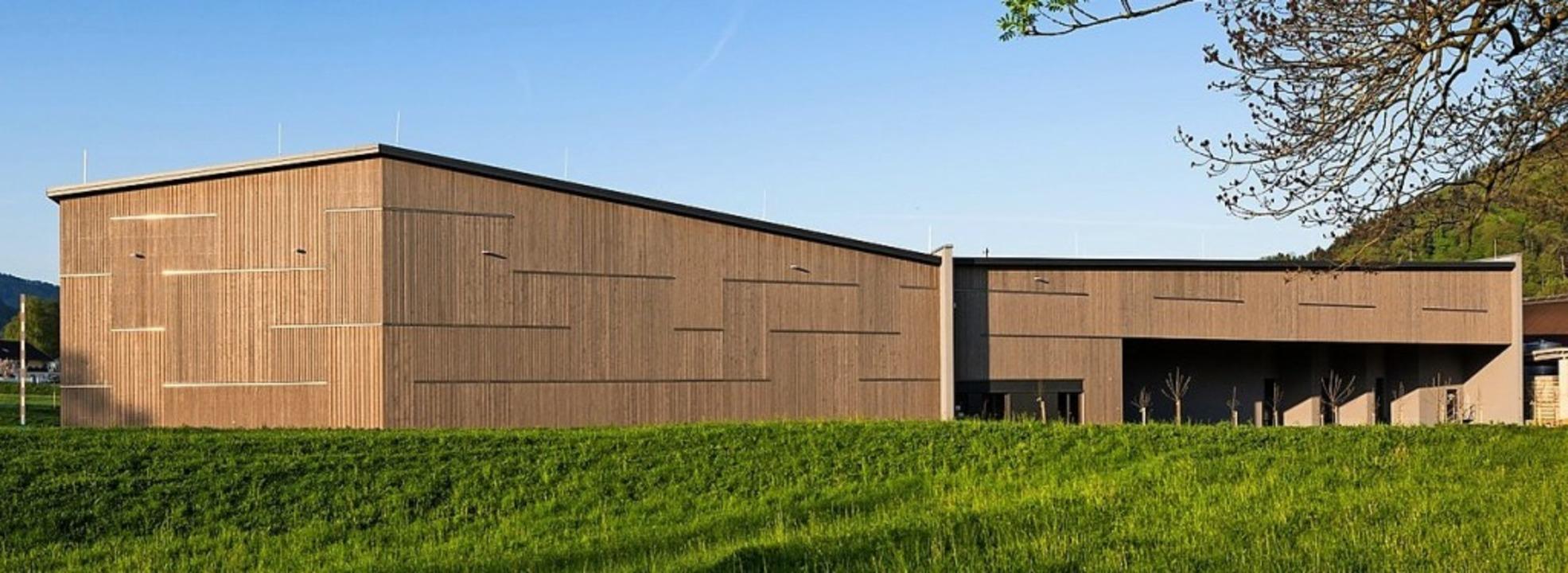 Das neue Logistikzentrum mit Lagerhalle von der Elztalbrennerei Weis in Gutach    Foto: carre