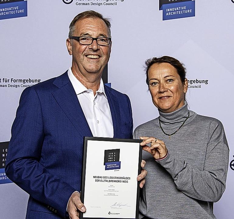 Klaus und Andrea Wehrle mit der Auszeichnung    Foto: Carré Industriebau