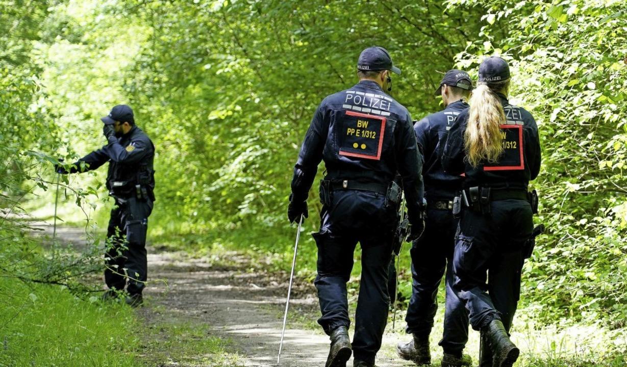 Die Polizei auf Spurensuche in der Näh...ie Frauenleiche im Mai gefunden wurde.    Foto: Benedikt Spether (dpa)