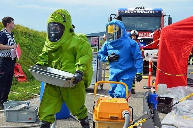 Feuerwehren aus dem Breisgau üben Gefahrengut-Unfall
