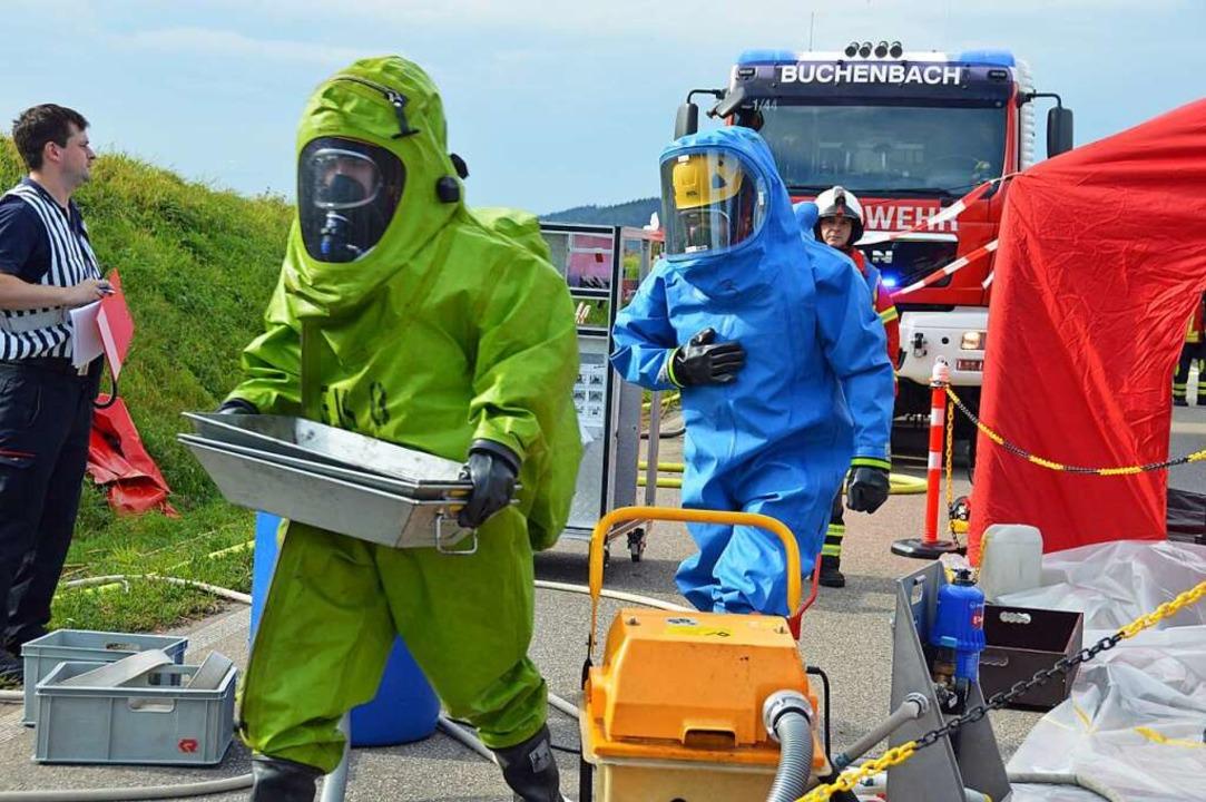 In Chemikalienanzügen gingen die Retter ans Werk.  | Foto: Gerhard Lück