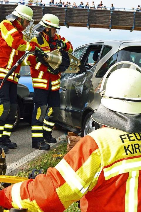 Mit dem Spreizer gehen die Feuerwehrmä... Zugang zu den Verletzten zu bekommen.  | Foto: Gerhard Lück