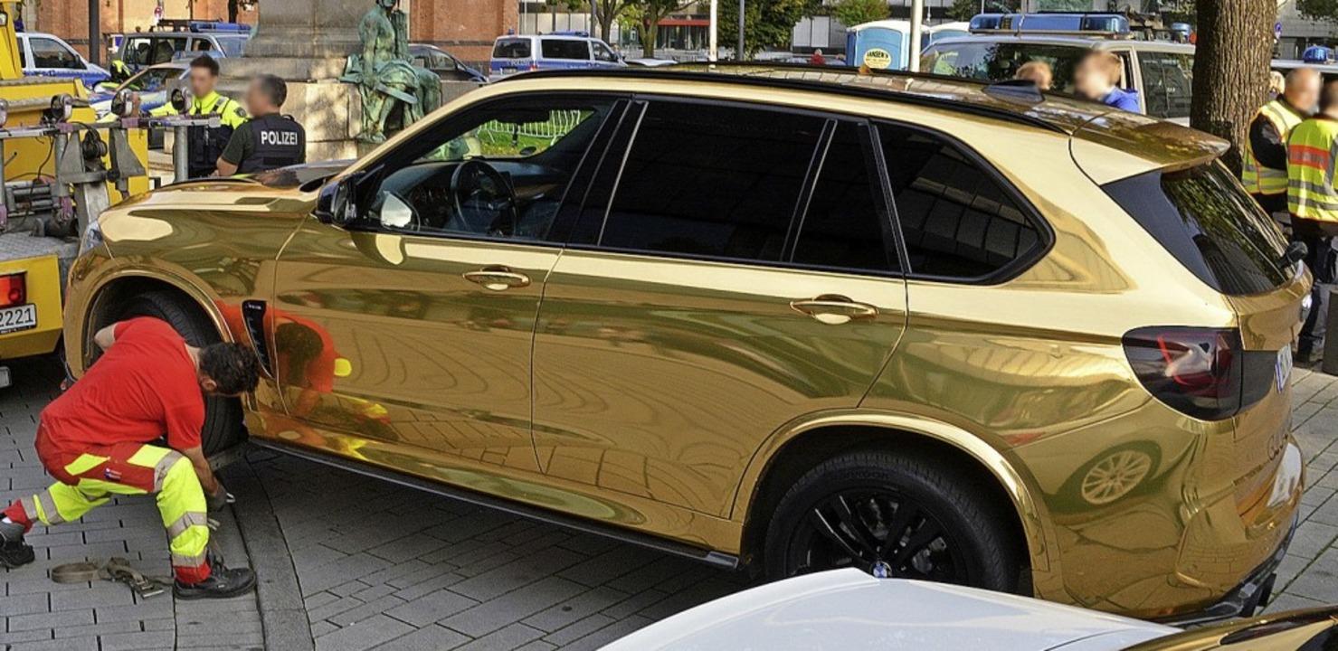 Ein goldener SUV wird nahe der Königsallee in Düsseldorf abgeschleppt.    Foto:  (dpa)
