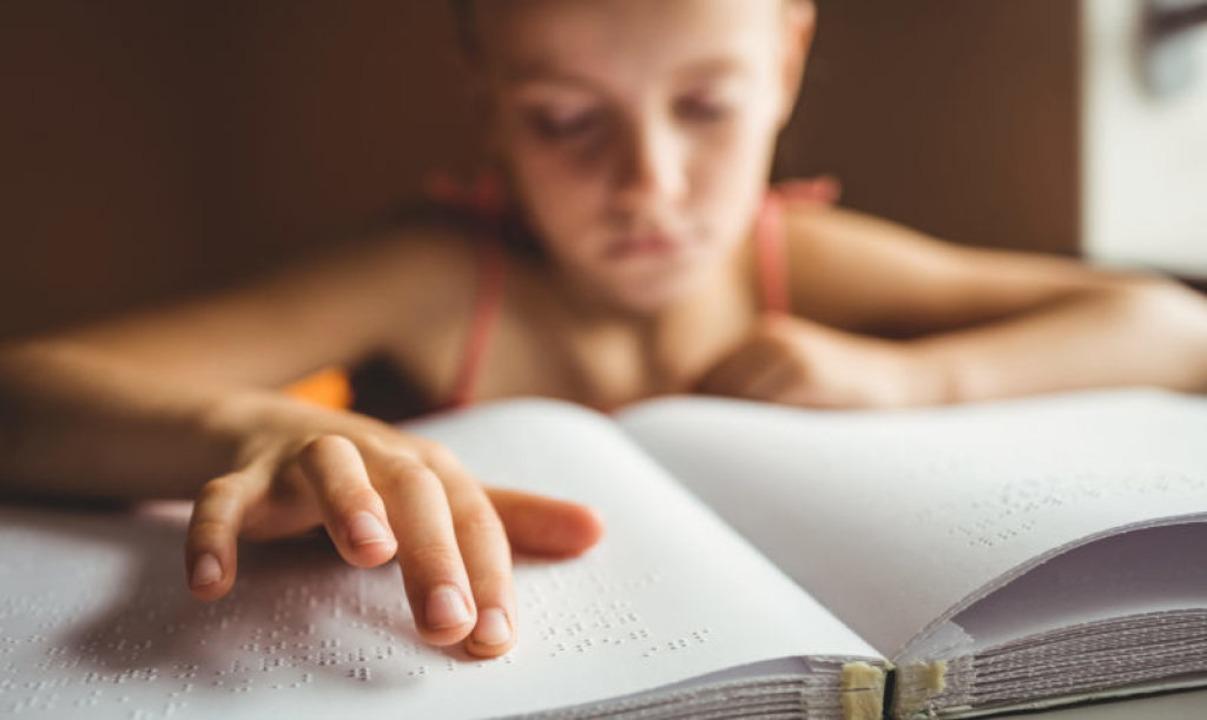 Lesen mit den Fingern:  In der Büchere...Brailleschrift und digitale Hörbücher.  | Foto: WavebreakMediaMicro  (stock.adobe.com)