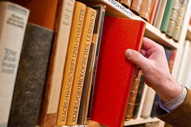 Helmuth Jundt betreut in Friesenheim zwei offene Bücherregale