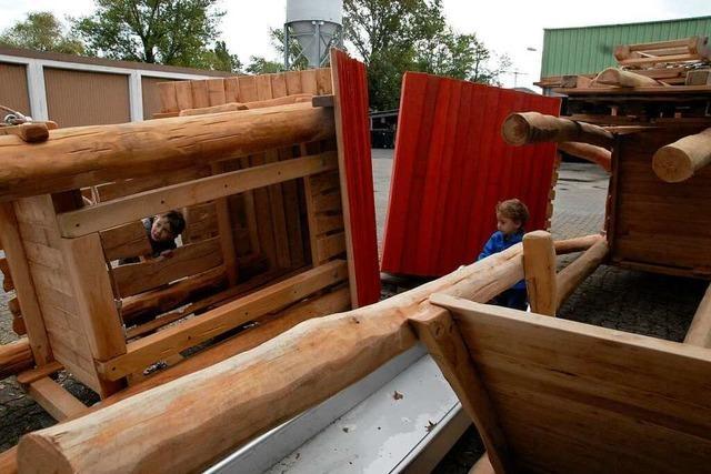 Die Geräte für den neuen Spielplatz auf dem Rührberg warten auf dem Werkhof