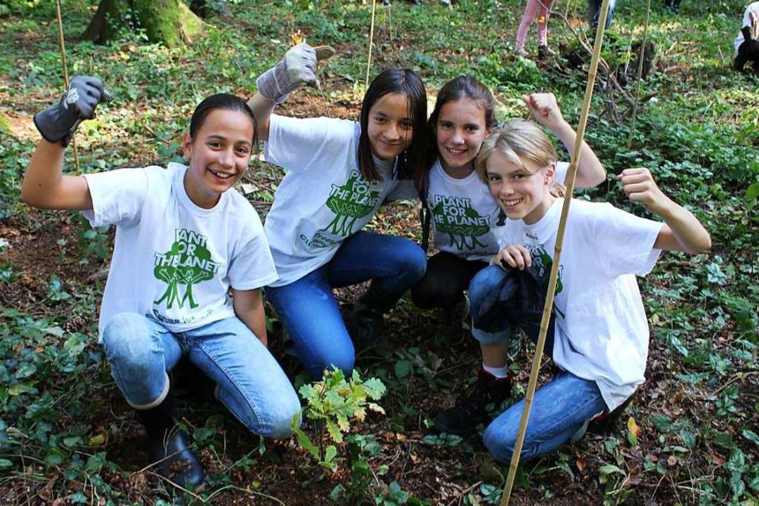 Schülerinnen pflanzen Eichenbäumchen: ...chhaltiges Umweltbewusstsein schaffen.  | Foto: Erich Krieger