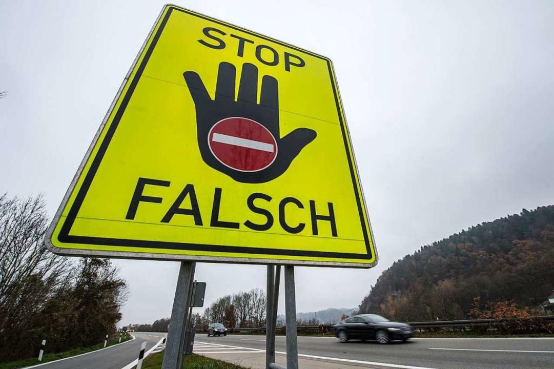 Solche Warnschilder gibt es an der Autobahnauffahrt in Lörrach nicht.  | Foto: Armin Weigel