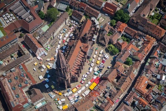 Mann entblößt sich am Sonntagmittag auf dem Münsterplatz
