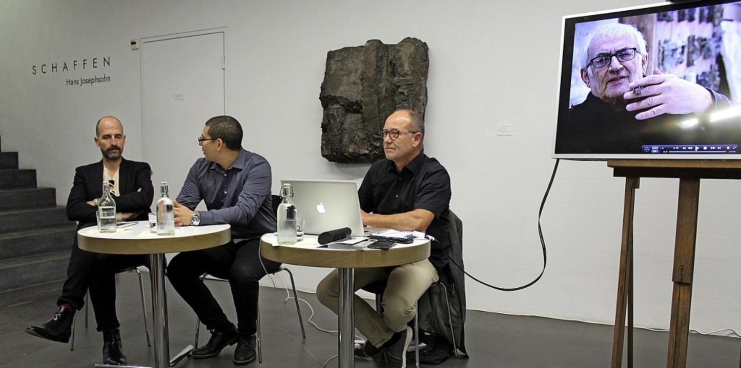 Tyrone Richards im Gespräch mit Laurin Merz (links) und Ewald Trachsel (rechts)    Foto: Clara Rohr-Willers