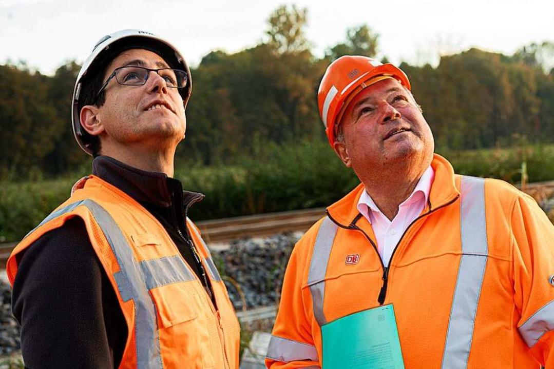 Michael Plaunsteiner und Jürgen Friedmann beobachten den Helikopter am Himmel.  | Foto: Hubert Gemmert
