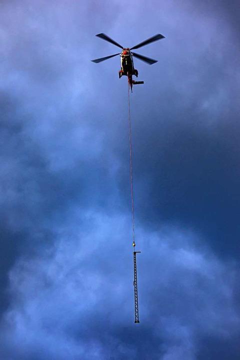 Anflug der Masten mit dem Helikopter  | Foto: Hubert Gemmert