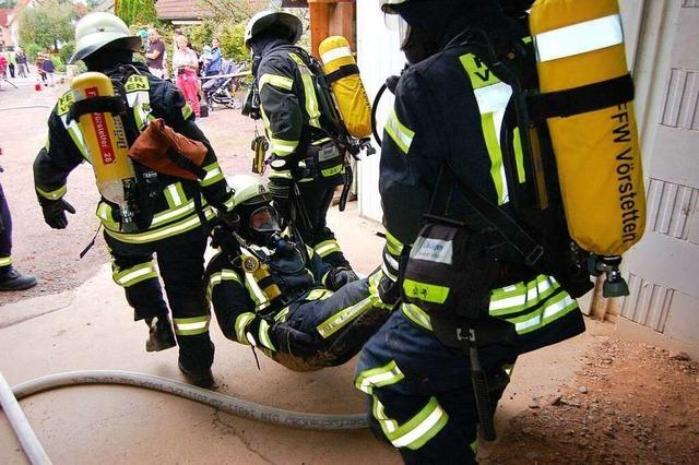 Vörstetter Feuerwehr und DRK üben gemeinsam einen Scheunenbrand