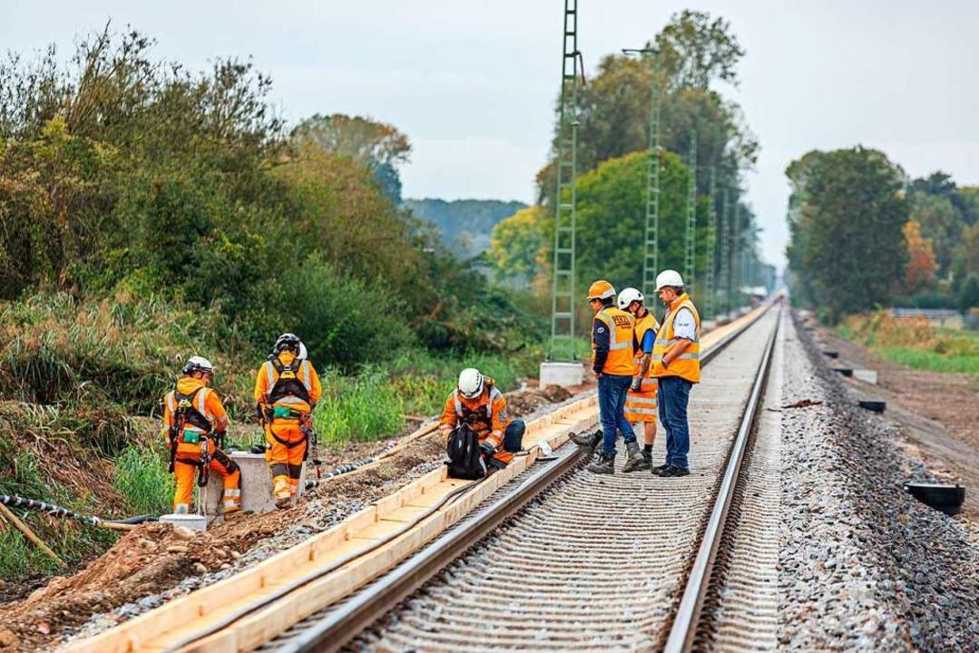 Bahnmitarbeiter arbeiten an der derzei...trecke zwischen Freiburg und Breisach.  | Foto: Hubert Gemmert