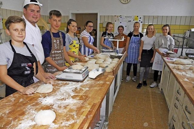 Konfirmanden in der Bäckerei