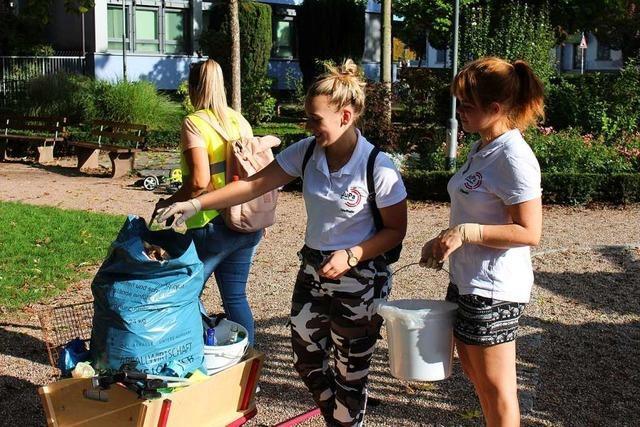 In Schopfheim sammeln Jugendliche Müll, statt zu streiken