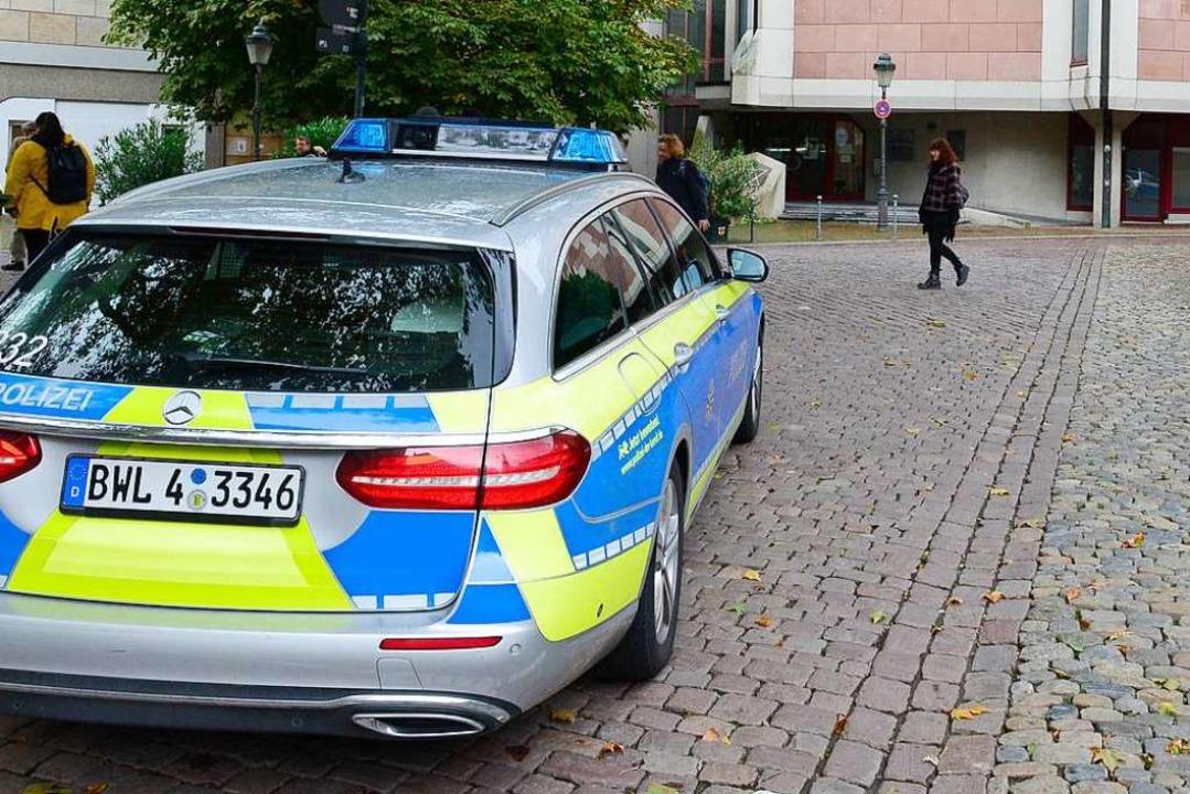 Polizisten bewachen die Synagoge in Freiburg  | Foto: Ingo Schneider