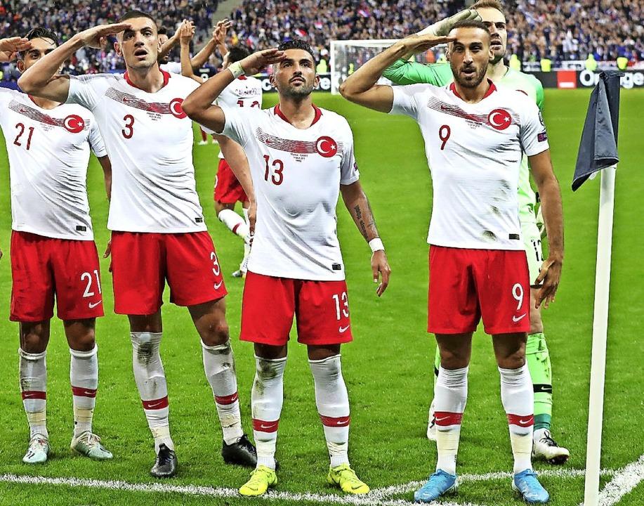 Auch in Paris  salutierten türkische Nationalspieler auf dem Platz.  | Foto: Thibault Camus (dpa)