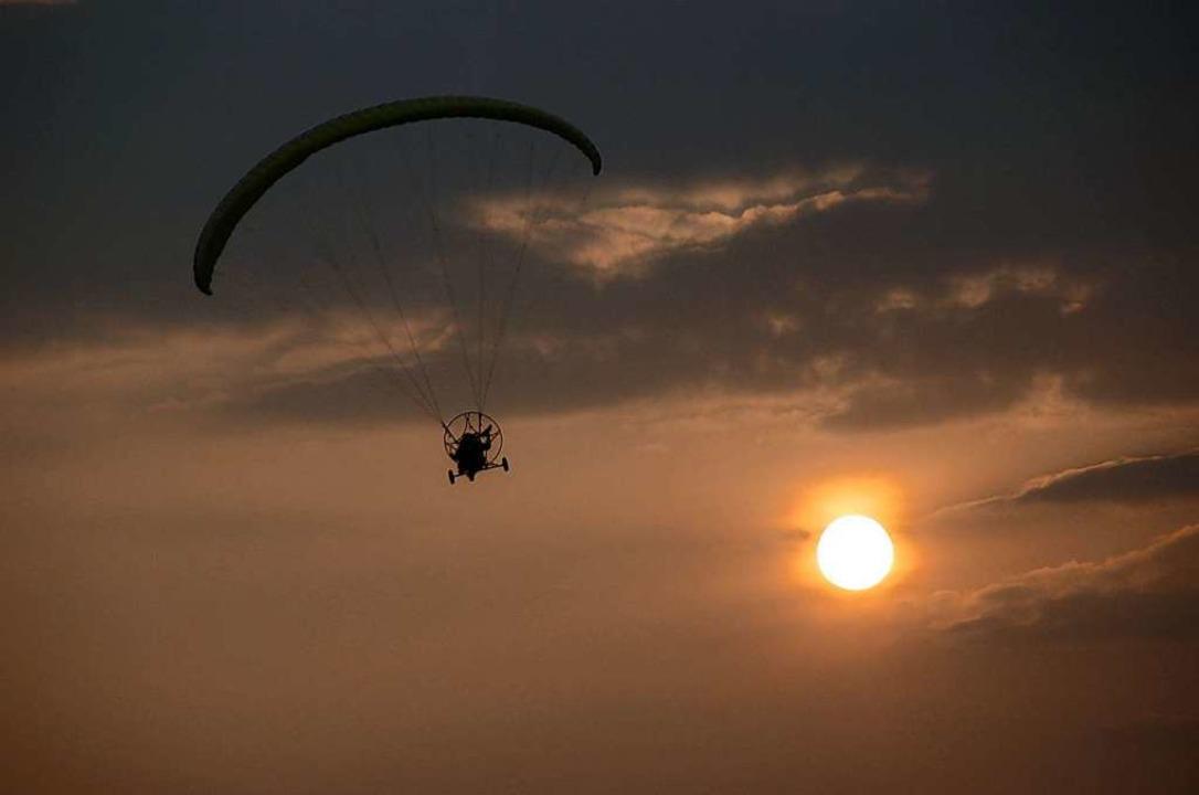 Ein Motorschirmflieger vor dem Sonnenuntergang im südlichen Breisgau  | Foto: Ultraleichtflieger Breisgau-Elsass