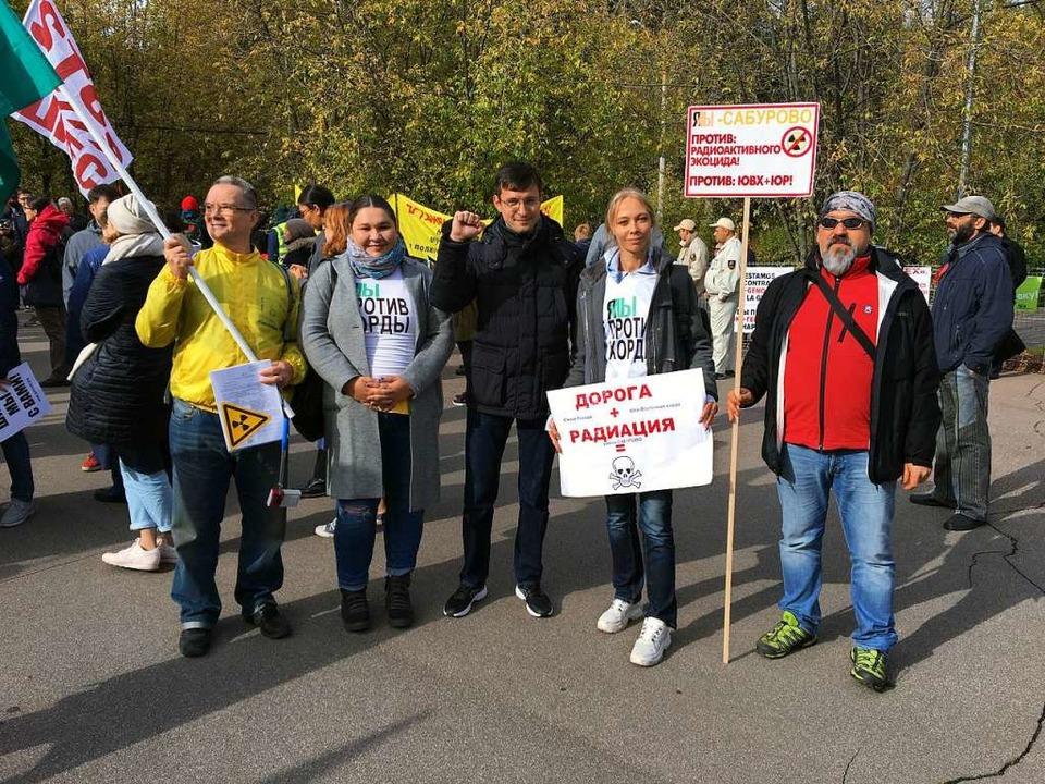 Aktivisten protestieren gegen die Atom.... Hier ist eine Stadtautobahn geplant.  | Foto: Stefan Scholl