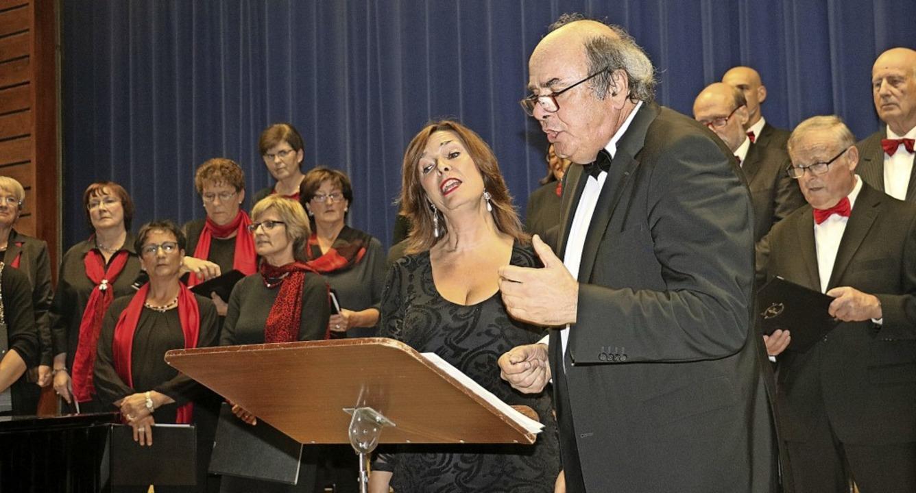 Die Chorleiterkollegen Gudula Gertzen ...sch sangen ein sehnsuchtsvolles Duett.  | Foto: Christa Rinklin