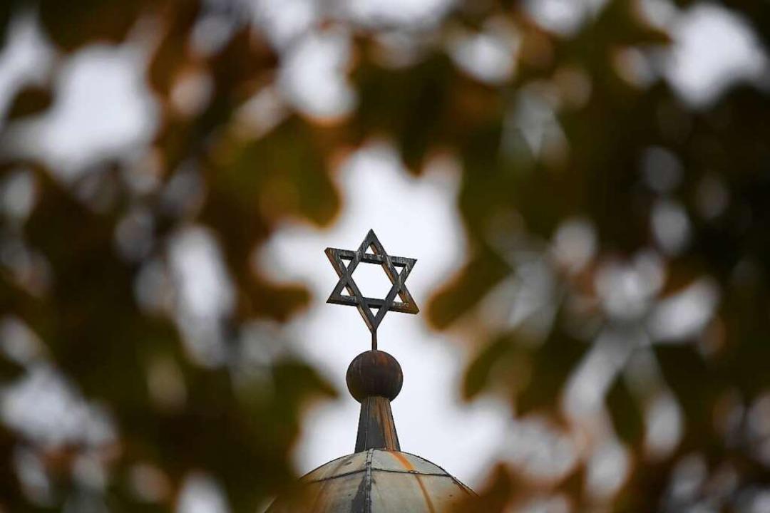Der Davidstern auf der Synagoge in Halle  | Foto: Hendrik Schmidt (dpa)