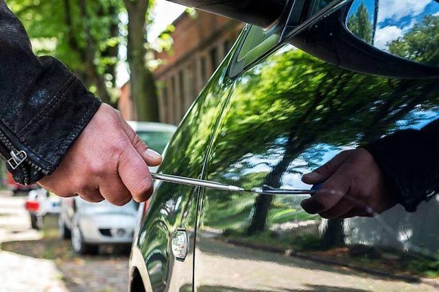 Autobesitzer erwischt Mann, der seinen Wagen zerkratzt, auf frischer Tat