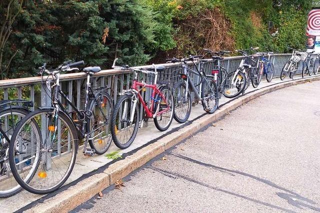 Am Gundelfinger Bahnhof stehen Fahrräder kreuz und quer