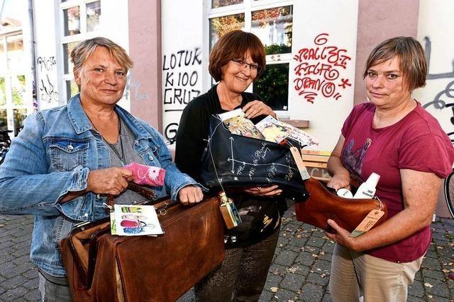 Feministische Geschichtswerkstatt zeigt Frauengeschichte durch Taschen