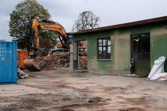Im Gewerbepark Breisgau werden die letzten Militärgebäude abgerissen