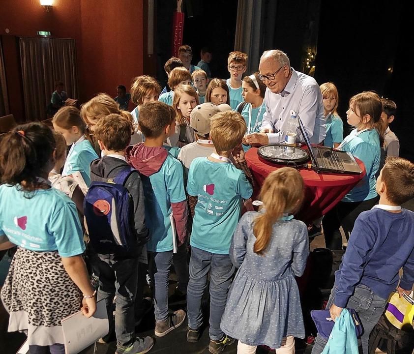 Der erste Referent des neuen Semesters... viele Fragen der Kinder beantworten.   | Foto:  Rank, Marion