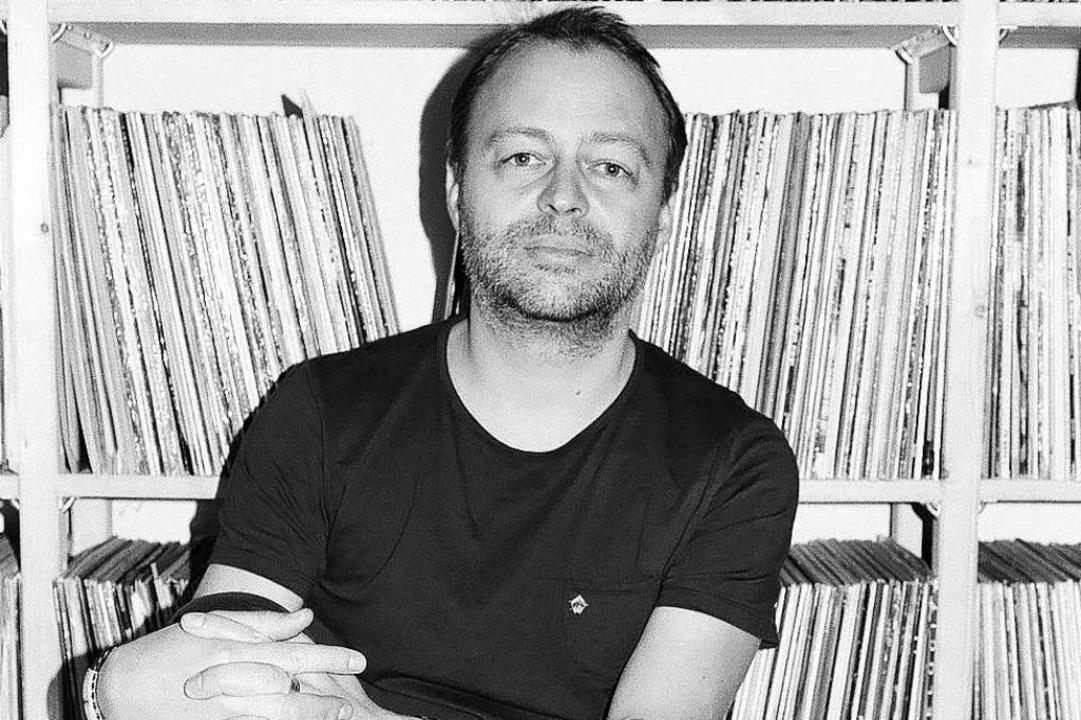 DJ und Root-Down-Veranstalter Rainer Trüby in seinem Plattenzimmer.  | Foto: Bernado Aviles-Busch
