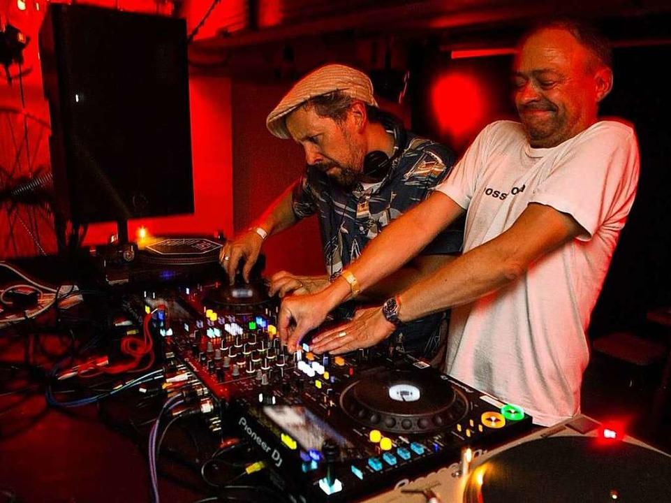 Rainer Trüby (rechts) und Dom Servini ...stmals bei  Root Down in Freiburg auf.  | Foto: Thabo Jaiyesimi