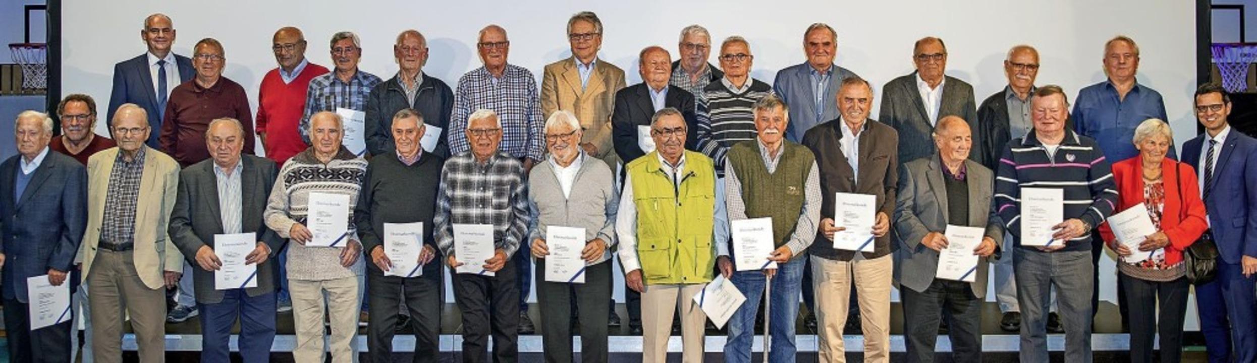 Die Volksbank ehrt für 40, 50 und 60 Jahre Mitgliedschaft.  | Foto: Volksbank