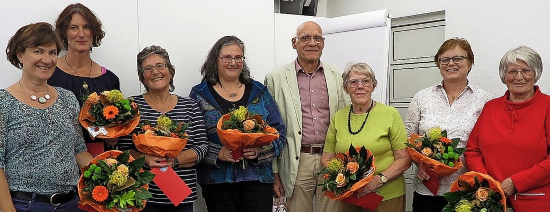 Mit Blumen und einem Präsent ehrte der...gjähriges mitmenschliches Engagement.     Foto: Dorothee Philipp