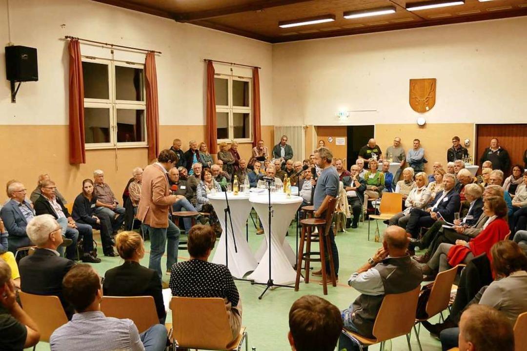 Volles Haus in der Wiesleter Halle, hi...og, links) und Alexander Sladek (EWS).    Foto: Sarah Trinler