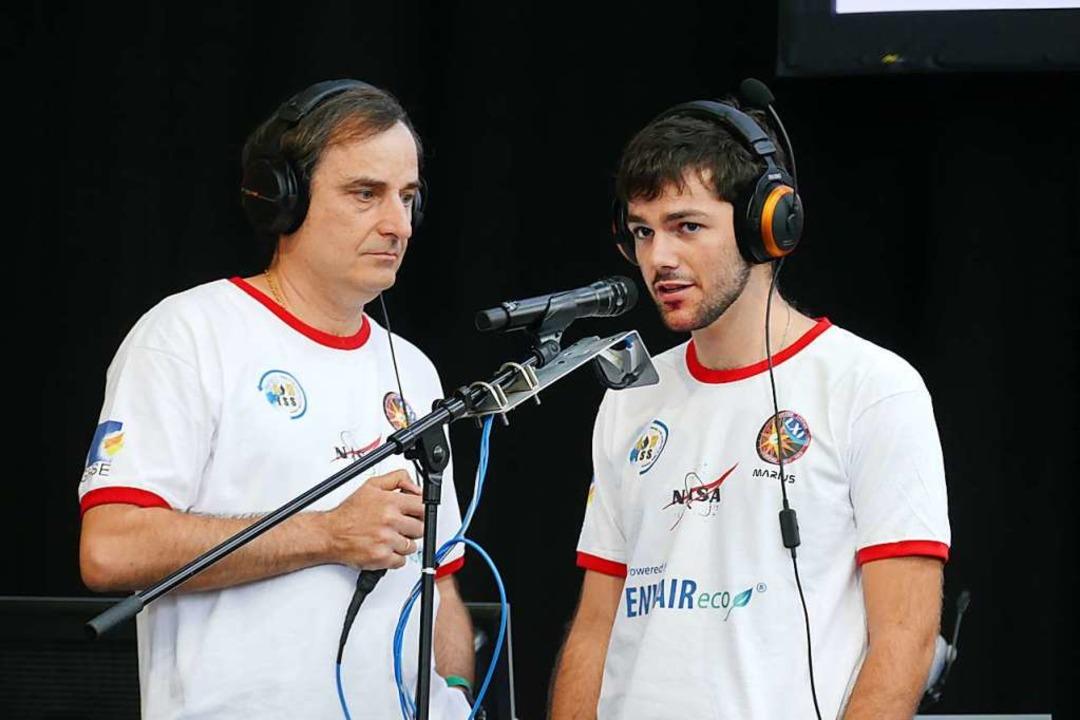 Funkamateur Matthias Bopp (links) und Schüler Marius Müller  | Foto: Lena Marie Jörger