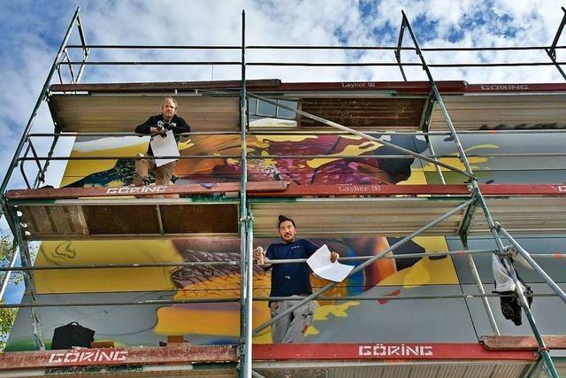 Die Streetartkünstler Tasso und Bane gestalten die Lörracher Rosenfelshalle