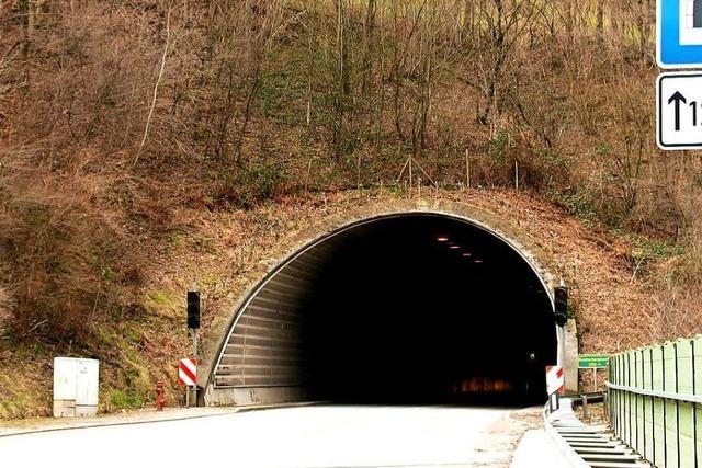 Messdiener spazieren durch Autotunnel bei Wolfach