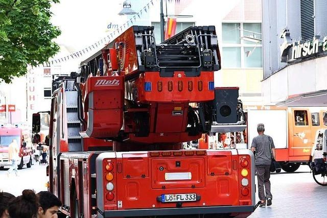 Feuerwehr rückt an wegen Funkenflugs an einem Taubenschutz in Lörrach