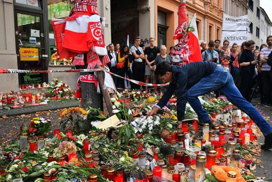 Nach dem Anschlag in Halle waren viele Menschen geschockt.  | Foto: Hendrik Schmidt (dpa)