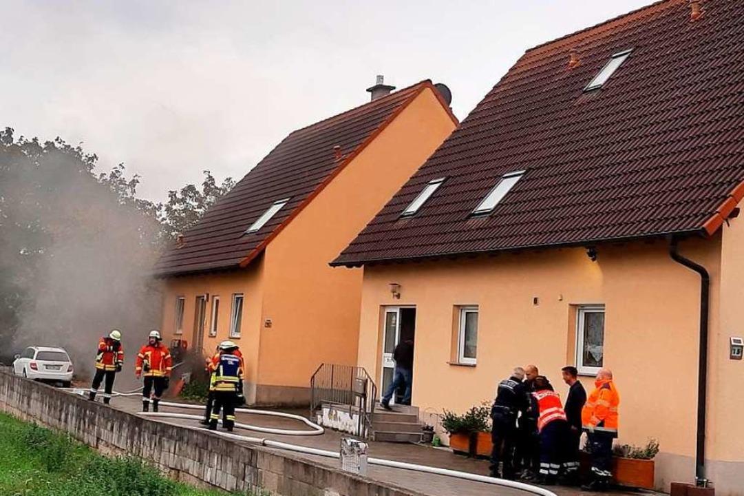 Einen Kellerbrand in Gündlingen löscht...eisacher Feuerwehr am Donnerstagabend.  | Foto: Christine Weirich