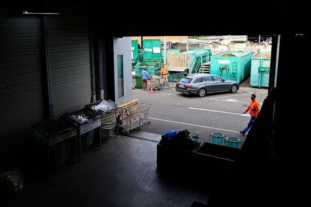 Auf dem Recyclinghof St. Gabriel  lief...rauchen ist, kommt in eine Extrahalle.  | Foto: Ingo Schneider