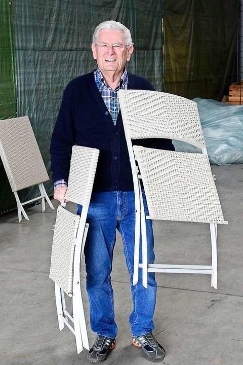Helmut Händlmeier freut sich, wenn jemand seine Klappstühle brauchen kann.  | Foto: Ingo Schneider