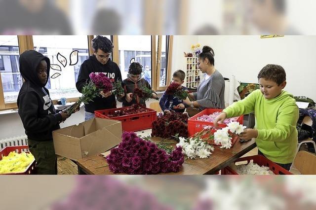 Schüler gestalten Blütenwagen