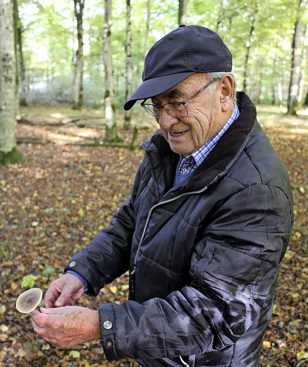 Pilzexperte Dieter Knoch in der Teninger Allmend  | Foto: Annika Sindlinger