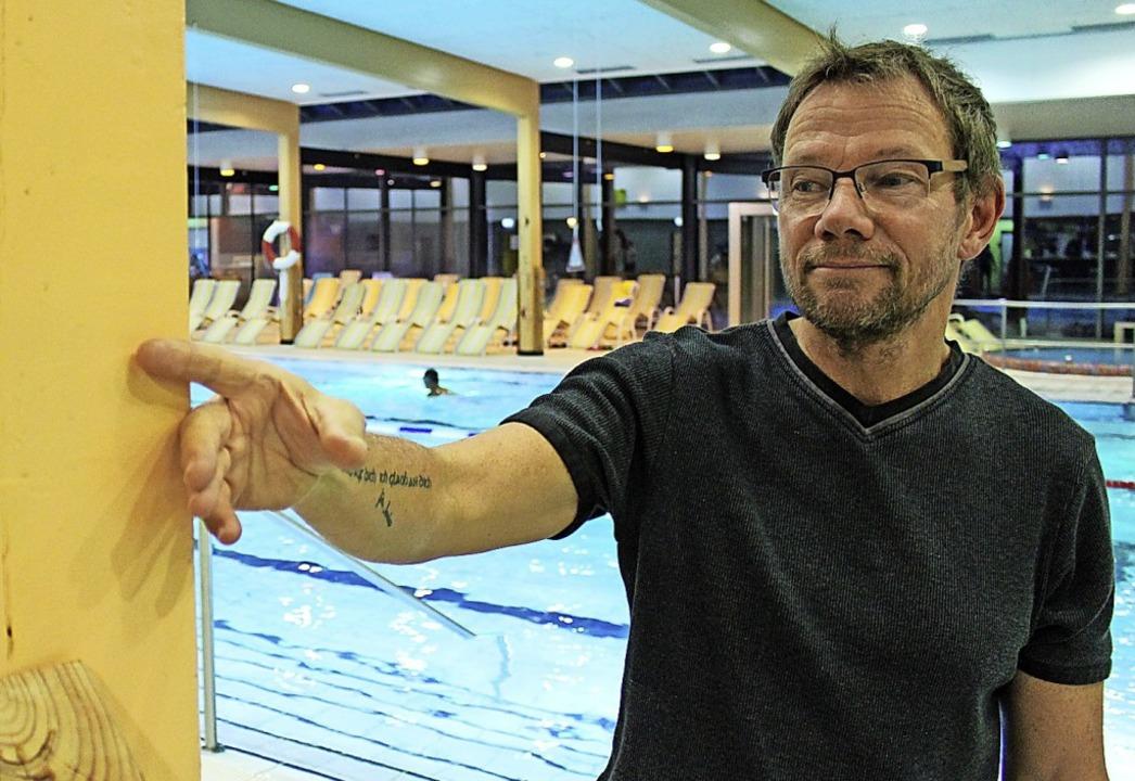 Betriebsleiter Michael Scholz zeigt vo... schon wieder Wasserflecken aufweist.     Foto: Simon, Guy